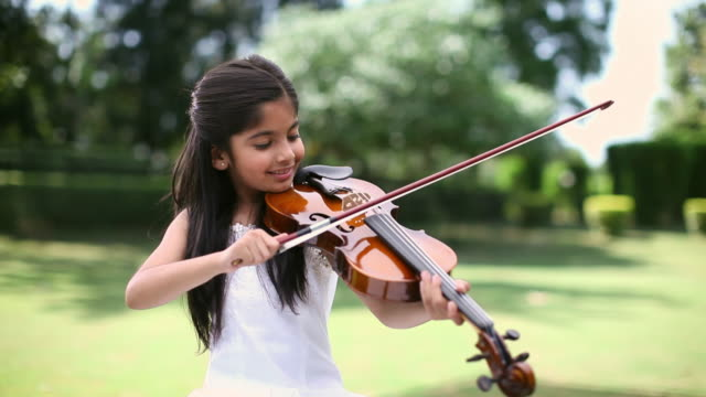 girl playing a violin - kind im grundschulalter stock-videos und b-roll-filmmaterial