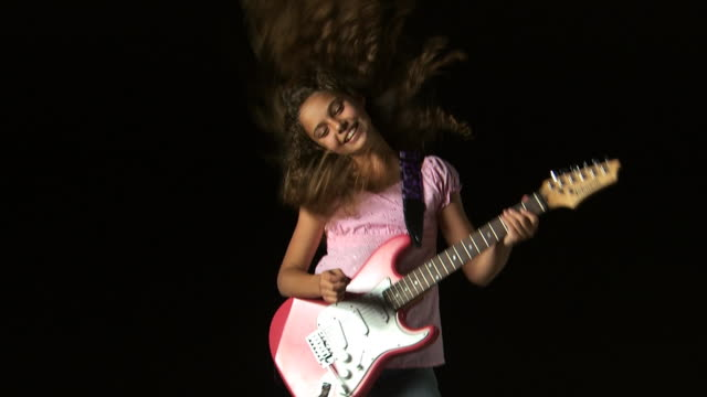 girl playing an electric guitar - altri spezzoni di questa ripresa 1162 video stock e b–roll
