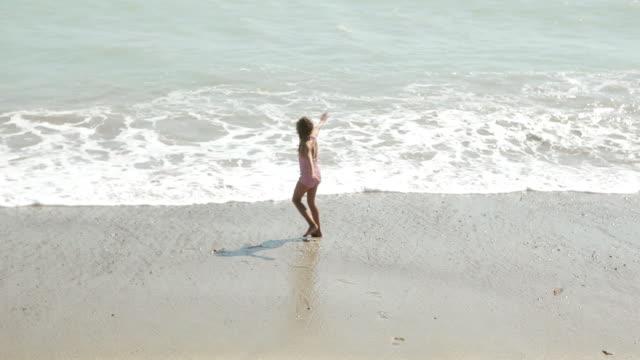 vídeos de stock, filmes e b-roll de girl playing at water's edge - membro humano