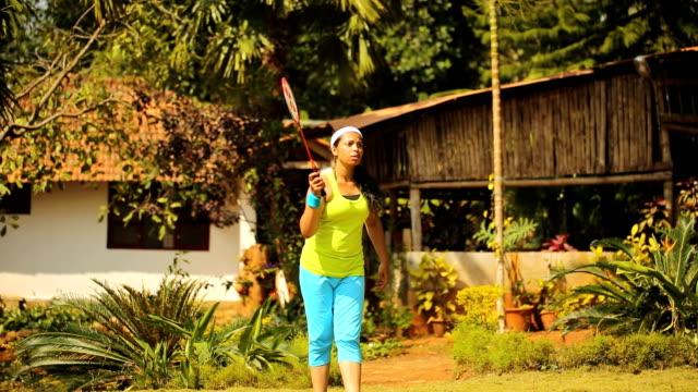vídeos de stock, filmes e b-roll de menina brincando de badminton nos jogos - badmínton esporte