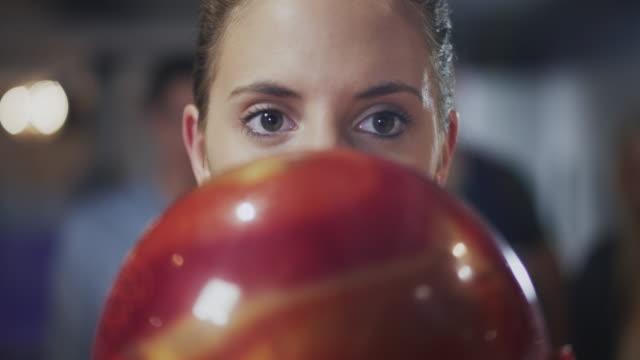 vídeos de stock, filmes e b-roll de menina jogando boliche - cancha de jogo de boliche