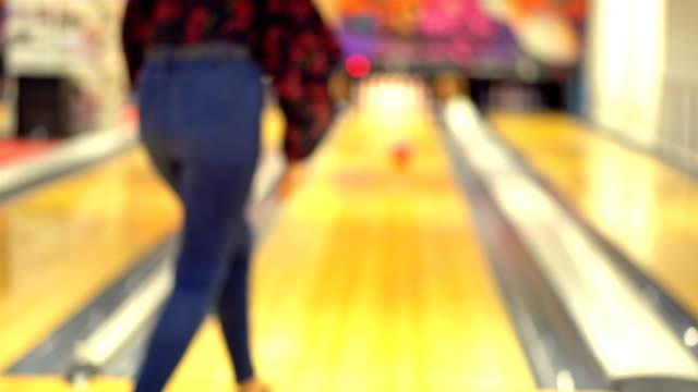 stockvideo's en b-roll-footage met meisje spelen bowling - bowlen