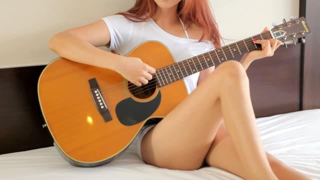 girl がギターを弾いている - アコースティックギター点の映像素材/bロール