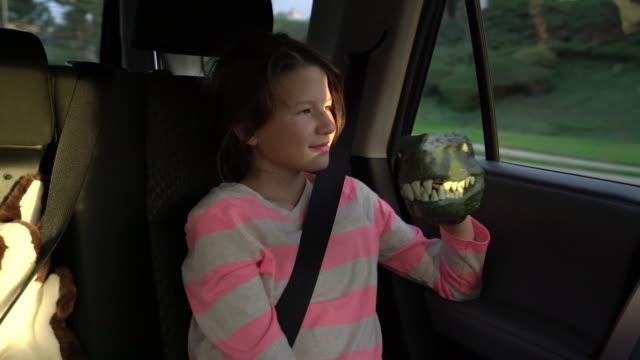 vídeos de stock, filmes e b-roll de sm ms girl playing in the back seat of a car - animal de brinquedo