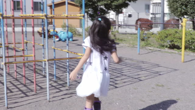 girl playing in the park - 公園点の映像素材/bロール