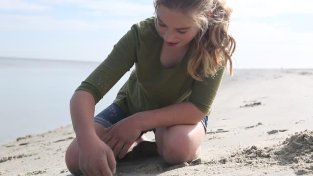 girl playing in the sand - 10歳から11歳点の映像素材/bロール