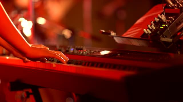シンセサイザーで遊ぶ女の子 - ジャズ点の映像素材/bロール