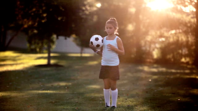 vídeos y material grabado en eventos de stock de girl playing soccer - preadolescente