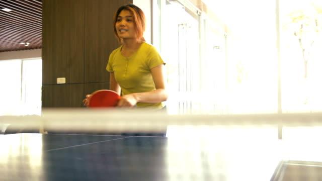 mädchen, spielen tennis gerne - streichholz stock-videos und b-roll-filmmaterial
