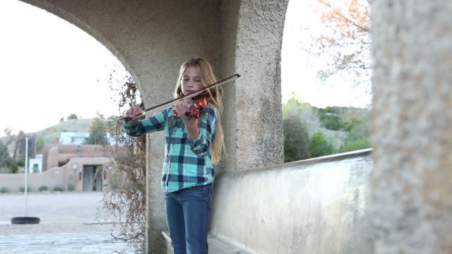 vídeos y material grabado en eventos de stock de girl playing violin - camisa a cuadros