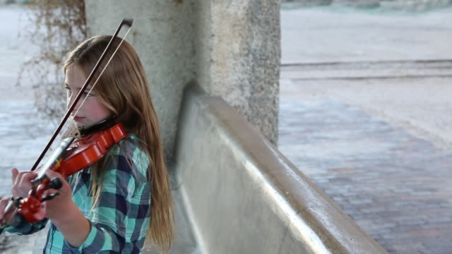 girl playing violin - 10 11 jahre stock-videos und b-roll-filmmaterial
