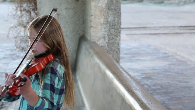 girl playing violin - 10 11 år bildbanksvideor och videomaterial från bakom kulisserna