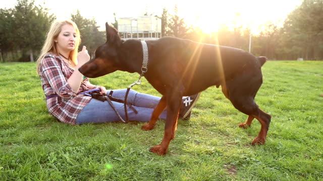 Ragazza a giocare con il cane nel parco