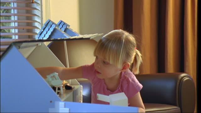 vídeos de stock e filmes b-roll de cu, girl (2-3) playing with doll house, brussels, belgium - boneca
