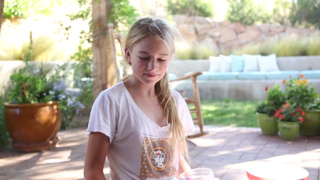 girl playing with little water balloons - 10歳から11歳点の映像素材/bロール