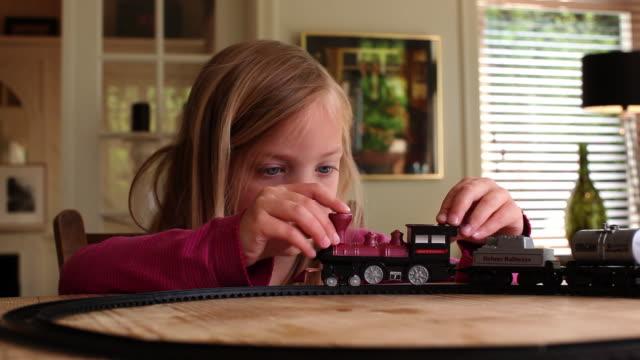 vídeos de stock, filmes e b-roll de cu girl (4-5) playing with train / brussels, brabant, belgium - brincar