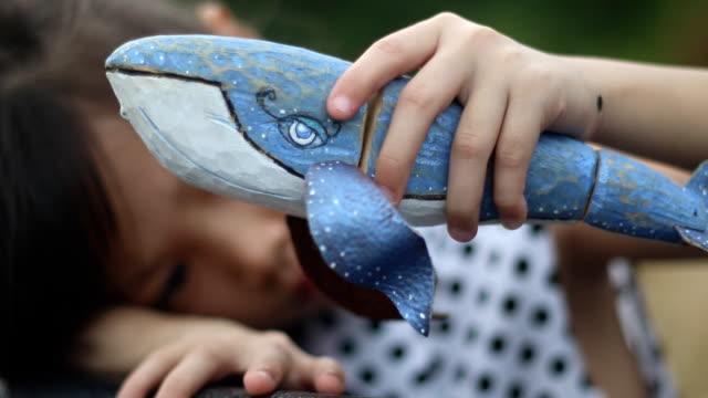 vídeos y material grabado en eventos de stock de marioneta de madera ballena juego chica - marioneta