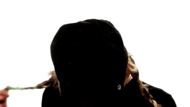 vídeos de stock e filmes b-roll de rapariga brinca com cabelo, looks e sorrisos. - braided hair