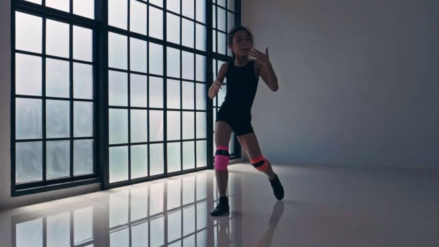 vídeos de stock, filmes e b-roll de girl power: little cute girl dancing girl power: little cute girl dancing - 10 11 years