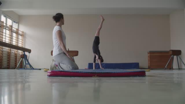 vídeos de stock, filmes e b-roll de 4 k : menina praticando ginástica - musculoso