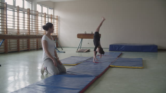 4K: Girl practicing gymnastics