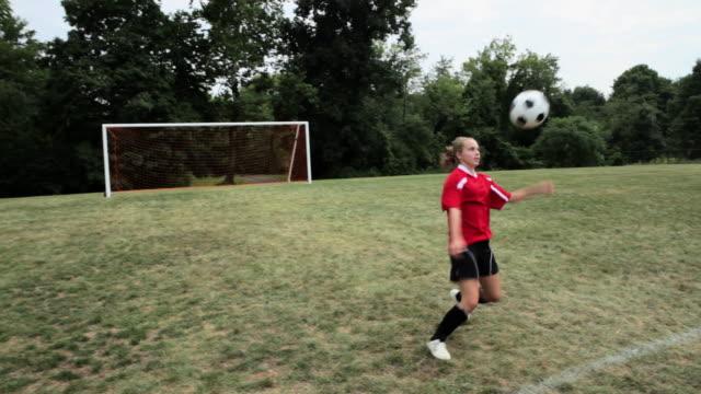 stockvideo's en b-roll-footage met girl practicing soccer skills - alleen één tienermeisje