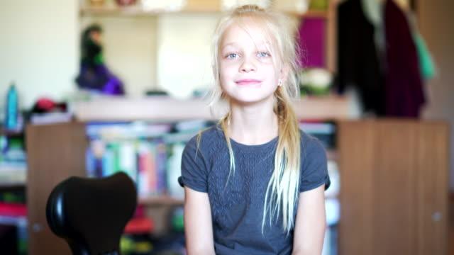 vídeos de stock e filmes b-roll de girl practicing yoga at home - 12 13 anos