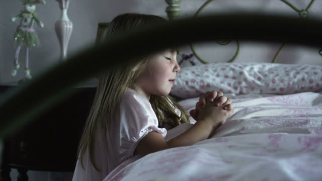 ms pan girl (2-3) praying at bed, american fork, utah, usa - pregare video stock e b–roll