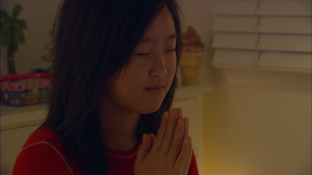 stockvideo's en b-roll-footage met zo, cu, girl (10-11) praying in bedroom at night - koreaanse etniciteit