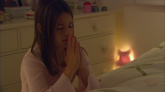 zo, cu, girl (10-11) praying in bedroom at night - 10 11 jahre stock-videos und b-roll-filmmaterial