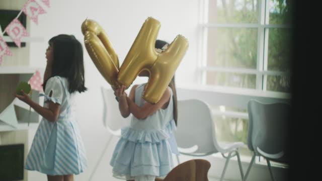 vídeos de stock, filmes e b-roll de menina preparar balão para festa feliz aniversário - balão decoração