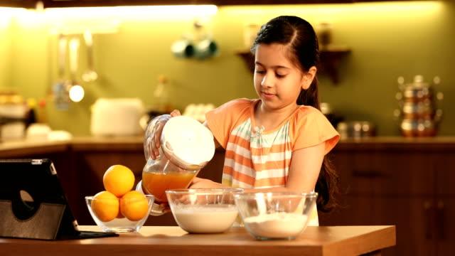 vídeos y material grabado en eventos de stock de ms girl preparing orange juice in kitchen / delhi, india - nativo digital