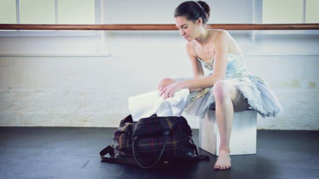 vídeos y material grabado en eventos de stock de girl putting ballet shoes on - tutú