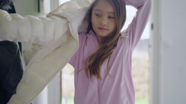 vidéos et rushes de girl putting on jacket - seulement des petites filles