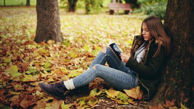 vídeos y material grabado en eventos de stock de niña leyendo un libro  - sólo una adolescente