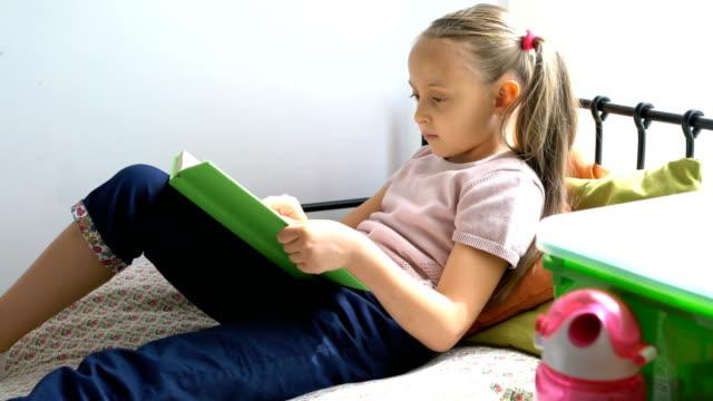 Mädchen-Lesebuch in ihrem Zimmer.
