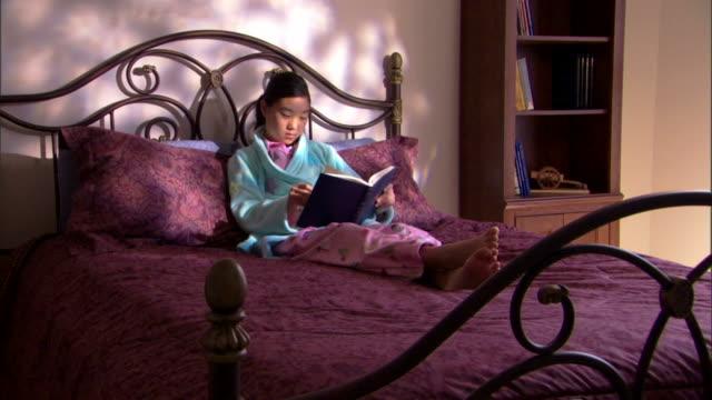 girl reading book - kind vor der pubertät stock-videos und b-roll-filmmaterial