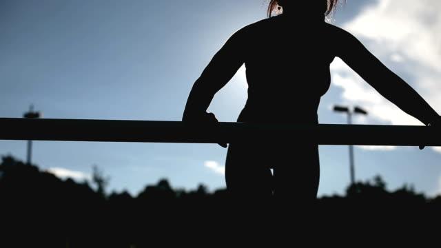 vidéos et rushes de fille prête pour la pratique - joggeuse