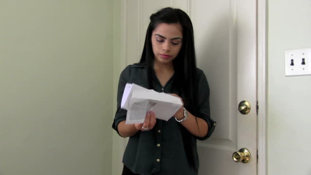 vídeos de stock e filmes b-roll de menina recebe notícia má - correspondência