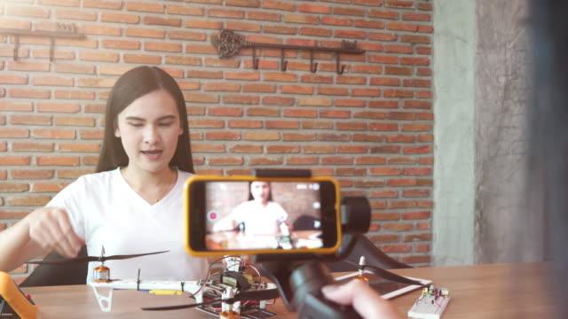mädchen-videoaufnahme für diy und produktinformationen anzeigen - portable information device stock-videos und b-roll-filmmaterial