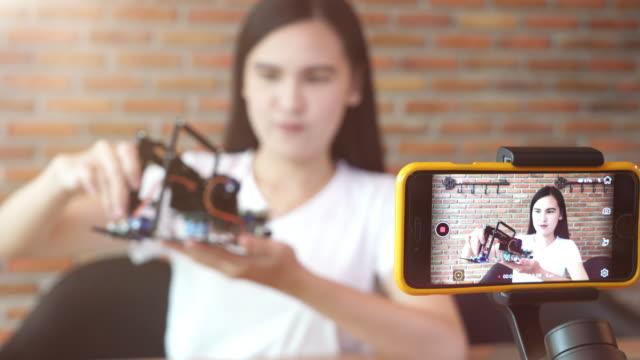 vídeos de stock, filmes e b-roll de gravação de vídeo de garota para mostrar informações de diy e produto - mostrar