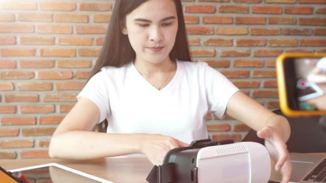 flicka videoinspelning för visar diy och produktinformation - följa rörlig aktivitet bildbanksvideor och videomaterial från bakom kulisserna