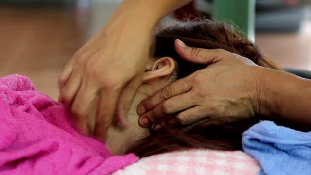 vídeos y material grabado en eventos de stock de chica masajes de relajación de cabeza y cuello - cuello humano