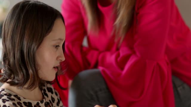 girl removing nail polish - 10 11 år bildbanksvideor och videomaterial från bakom kulisserna