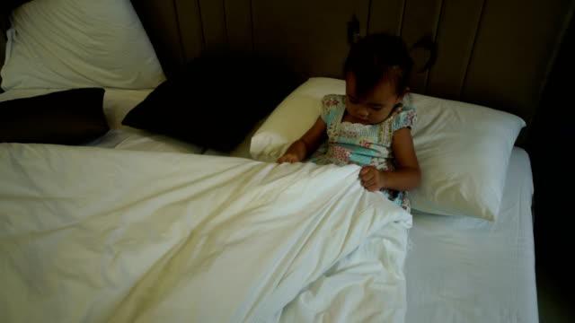 vídeos y material grabado en eventos de stock de resto de chica en la cama y el uso de teléfonos - asociación norteamericana de telecomunicaciones e internet