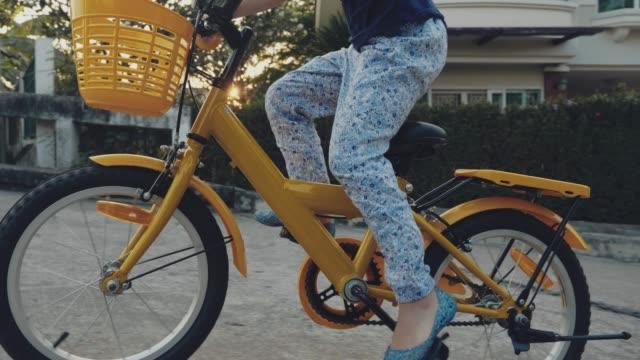 mädchen reiten ein fahrrad - seitenansicht stock-videos und b-roll-filmmaterial