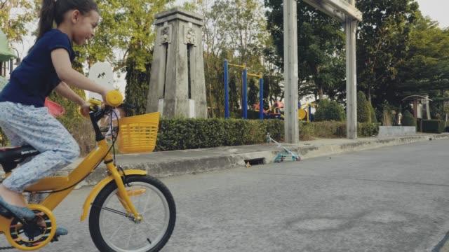 vídeos de stock e filmes b-roll de girl riding a bicycle - somente crianças
