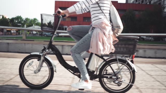 vídeos de stock e filmes b-roll de girl riding e-bike - environmental conservation
