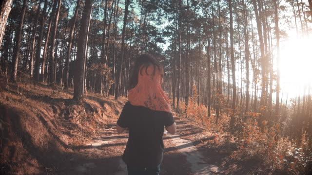 vídeos y material grabado en eventos de stock de una chica montando el cuello de su padre en el bosque - father day