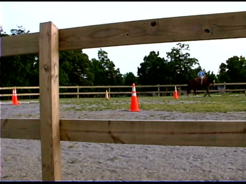 stockvideo's en b-roll-footage met girl riding horseback at ranch - recreatief paardrijden